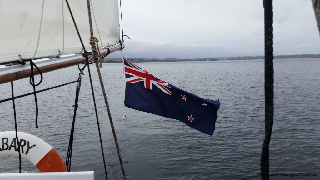 Reise Hunter Neuseeland Lake Taupo Boot mit FlaggeReise Hunter Neuseeland Lake Taupo Boot mit Flagge