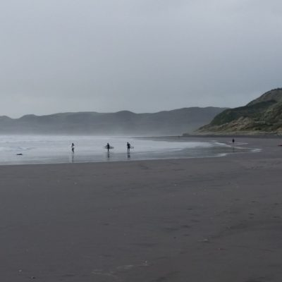 Reise Hunter Neuseeland Nordinsel Raglan Strand Surfer