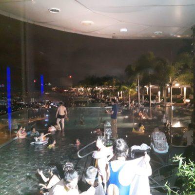 Reise Hunter Singapur Marina Bay Sands Hotel Pool mit Menschen