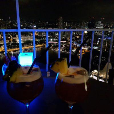 Reise Hunter Singapur von oben mit Cocktails