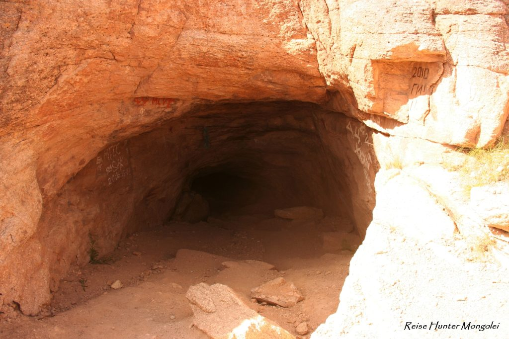 Reise Hunter Mongolei Höhle3