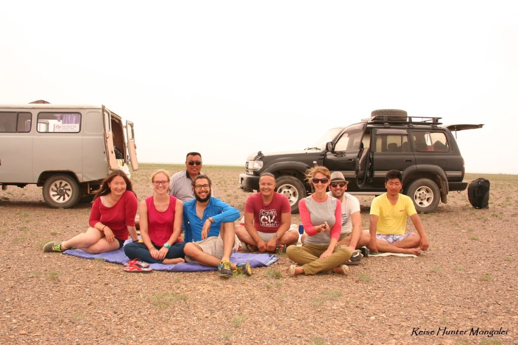 Reise Hunter Mongolei Mittag Gobi Gruppenbild2