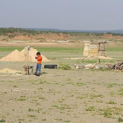 Reise Hunter Mongolei Kind beim Waschen