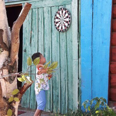 Reise Hunter Mongolei Kind spielt Dart