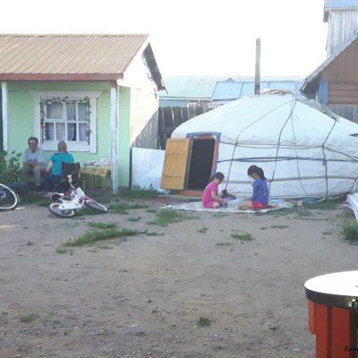 Reise Hunter Mongolei Kinder vor der Jurte