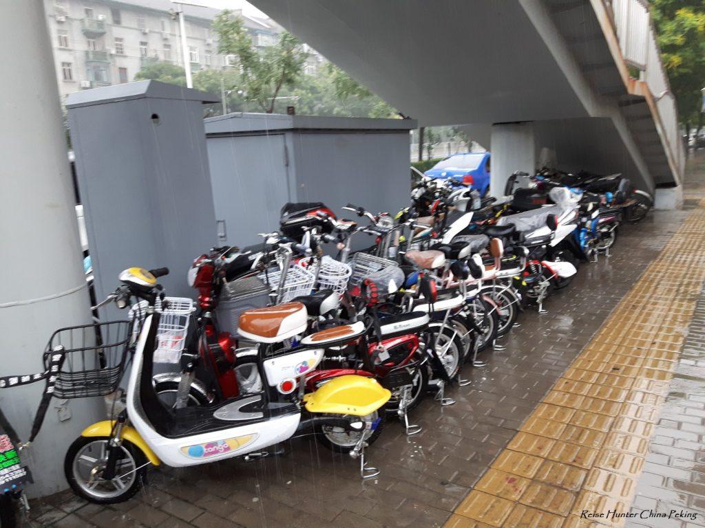 Reise-hunter-peking im Regen Elektroroller